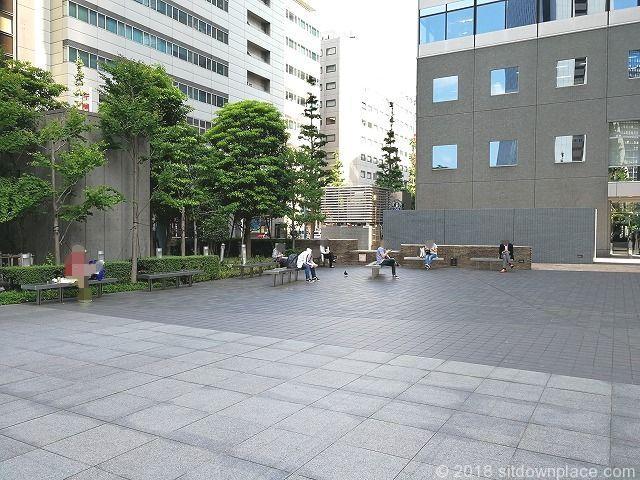 工学院大学エステック広場に並んでいるベンチ