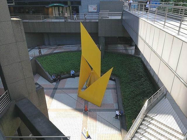 新宿エルタワー公開空地の座れる休憩場所