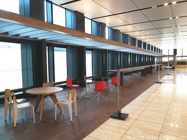 新宿三井ビル2F エントランスホールのテーブル席