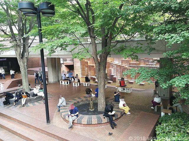 新宿三井ビル55ひろばの滝のオブジェ側