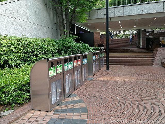 新宿三井ビル55ひろばのゴミ箱