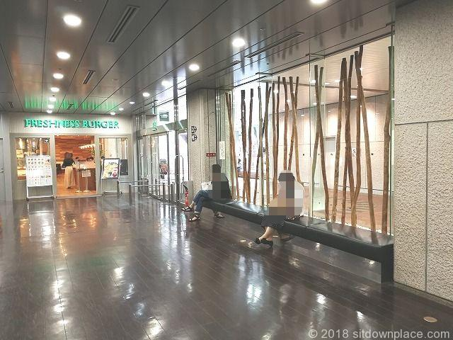 新宿三井ビルB1Fドトール前の座れる休憩場所