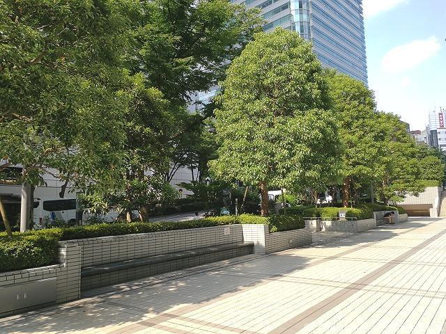 新宿モノリス前の休憩場所