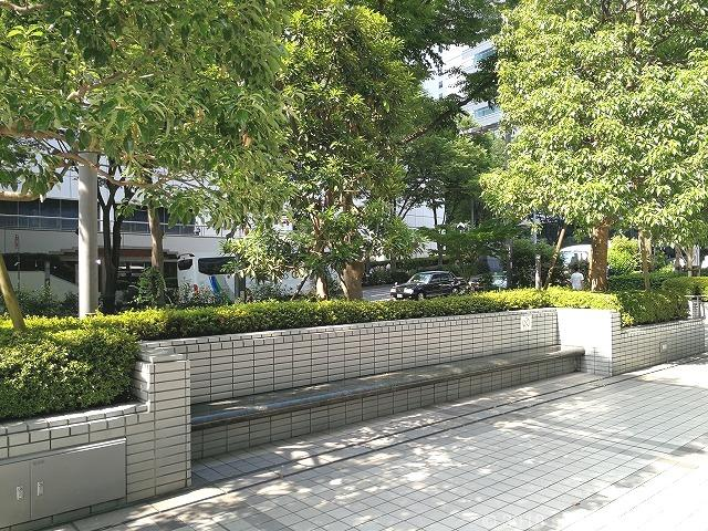 新宿モノリス前のベンチ詳細