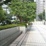 【新宿駅】新宿モノリス前 公開空地の休憩場所