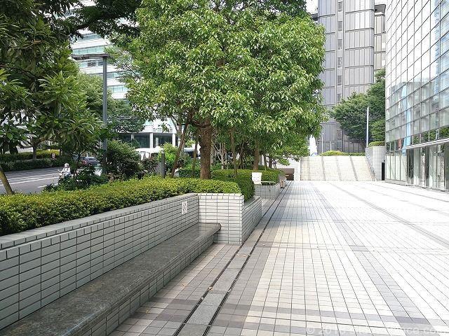 新宿モノリス前のベンチ