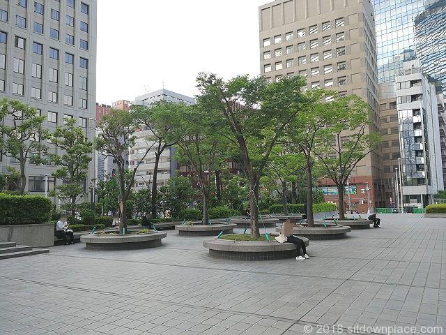 新宿野村ビルの公開空地の座れる休憩場所青梅街道側