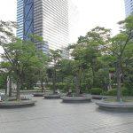 【新宿駅】新宿野村ビル1F 公開空地の休憩場所