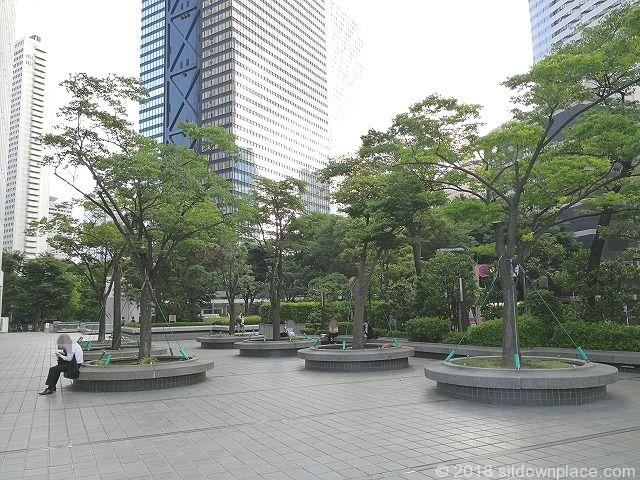 新宿野村ビルの公開空地の座れる休憩場所新宿アイランド側