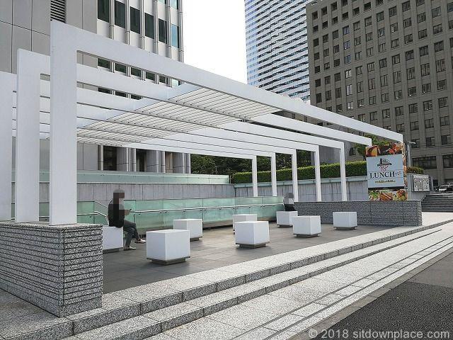 新宿野村ビル前の青梅街道沿いの休憩スペース