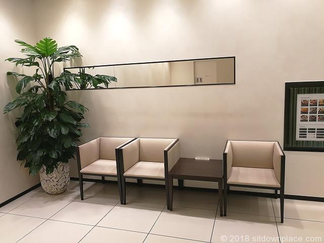 二子玉川ライズタウンフロント中央エレベーター前の1人掛けソファ