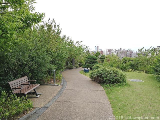 目黒天空庭園の木製ベンチと散策路