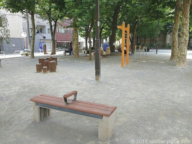 西町公園内のベンチ