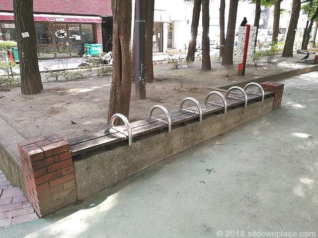西町公園内の木製ベンチ
