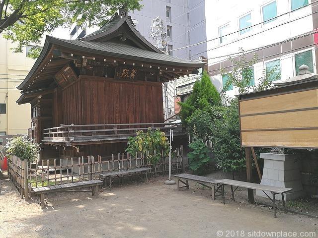 下谷神社の境内の座れる休憩場所