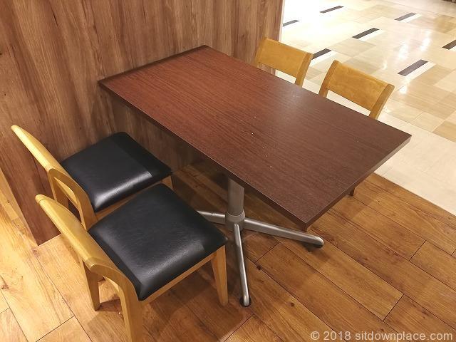 コピス吉祥寺B1F休憩スペースの4人掛けテーブル席