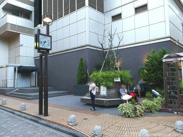 吉祥寺ヨドバシ横の座れる休憩場所全体