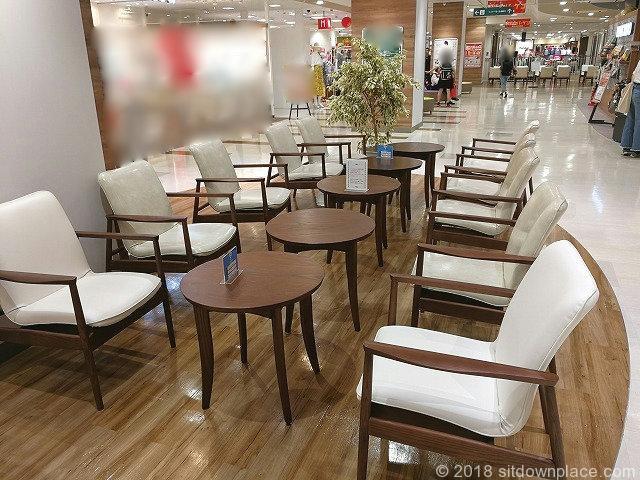 ティアラ21の2FBUNKYODO前の座れる休憩場所