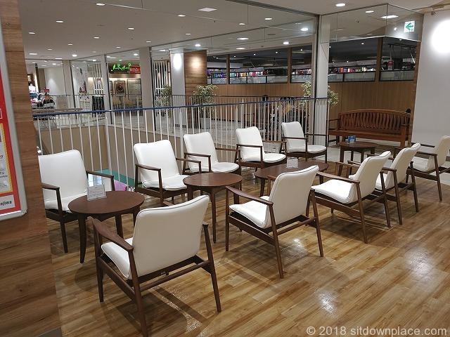 ティアラ21の2F吹き抜け付近のテーブル席