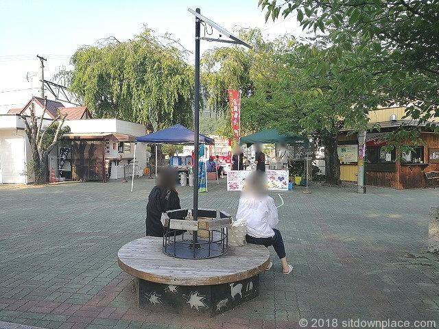 長瀞駅前の円形木製ベンチ