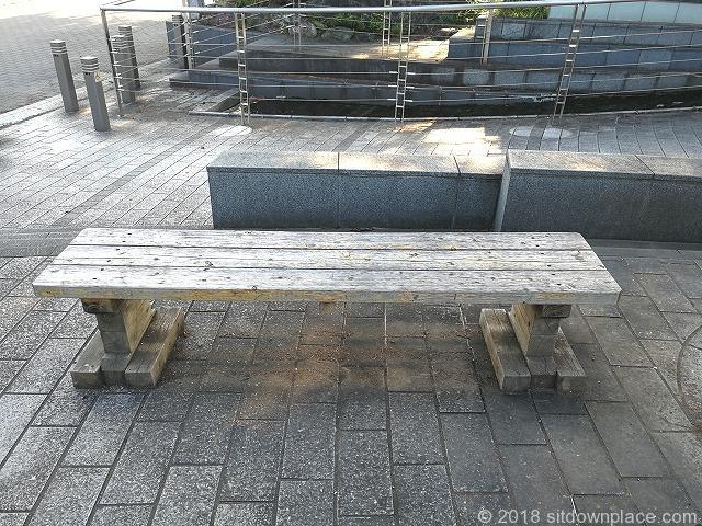 長瀞駅前の木製ベンチ
