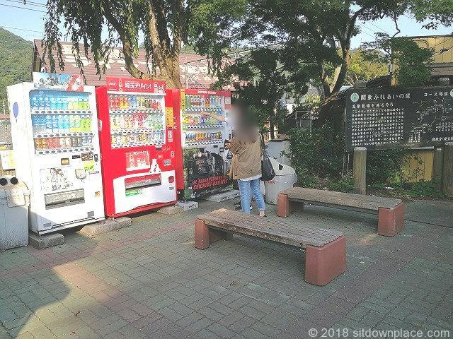 長瀞駅前の自動販売機前の木製ベンチ
