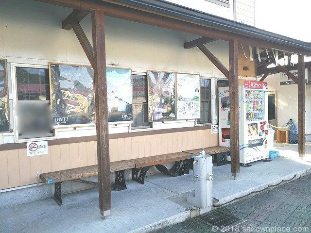 長瀞駅前観光協会横の木製ベンチ