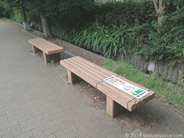 新座駅南口公園付近のふるさと小道のベンチ詳細