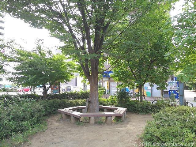 新座駅南口公園のベンチ