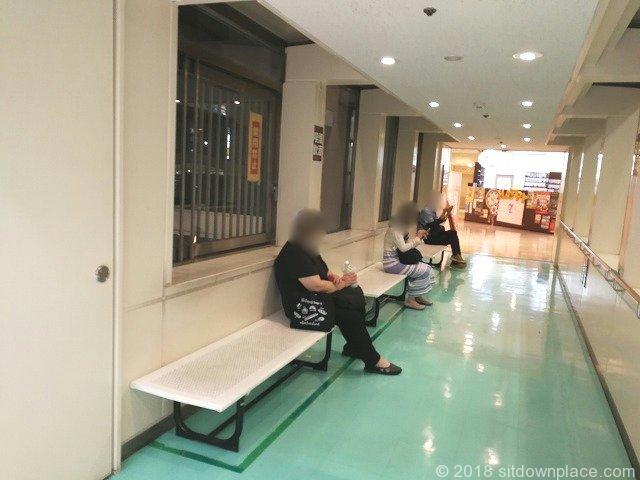 西国分寺駅レガ(LEGA)2F連絡通路の座れる休憩場所