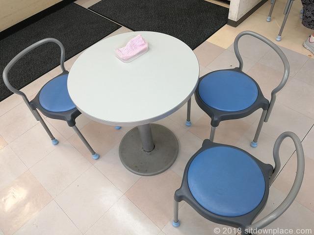 西国分寺駅にしこくマインB1F休憩所のテーブル席