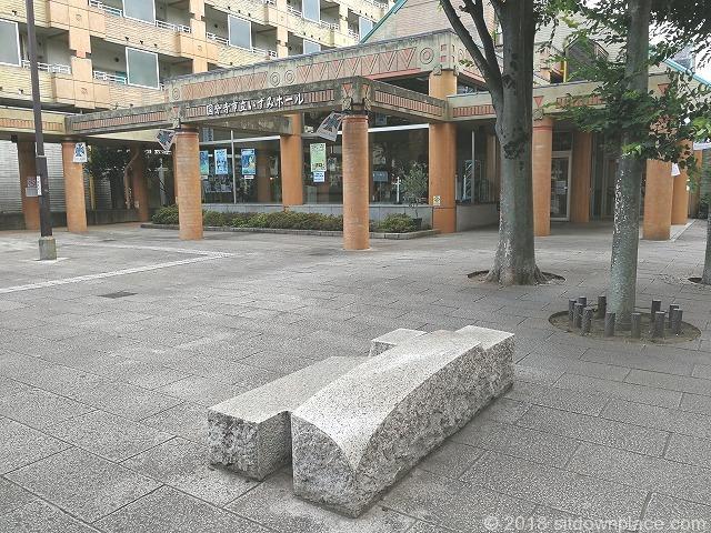 西国分寺駅南口いずみホール前の座れる休憩場所