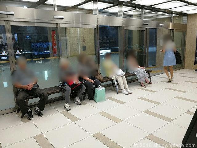上野松坂屋B1F地下鉄出入口付近の座れる休憩場所
