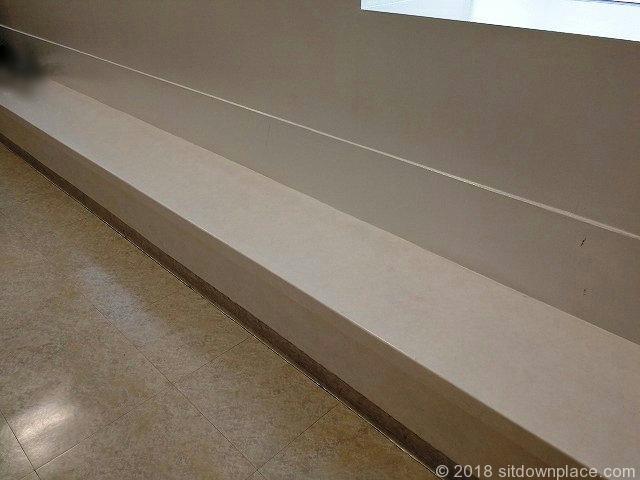 上野松坂屋中央階段の腰掛ベンチ