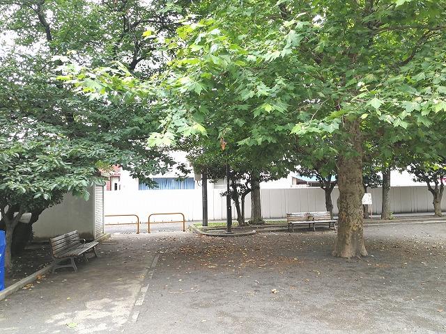 世田谷丸山公園の日陰のベンチ