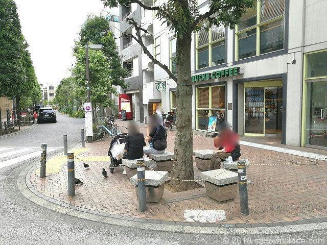 三軒茶屋駅前通り スターバックス前の座れる休憩場所