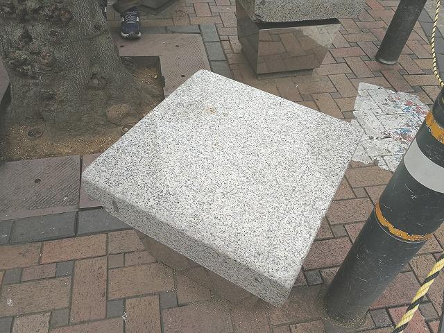 三軒茶屋駅前通り スターバックス前の1人掛け石材ベンチ