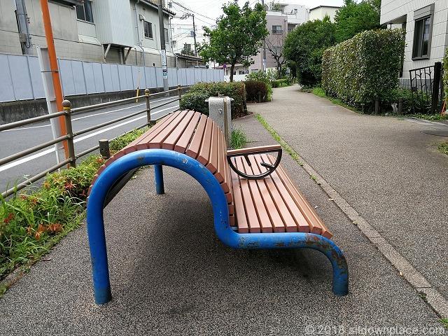 世田谷郵便局裏のアーチ型ベンチ詳細