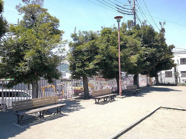 秩父公園の木製ベンチ