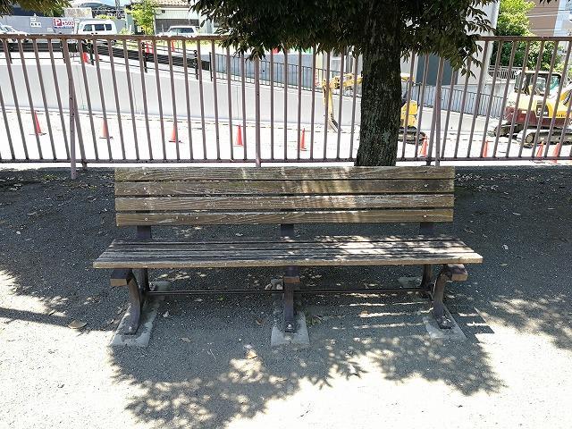 秩父公園の木製ベンチ詳細