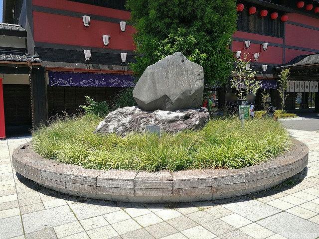 西武秩父駅前広場にあるラクウショウ周辺のベンチ