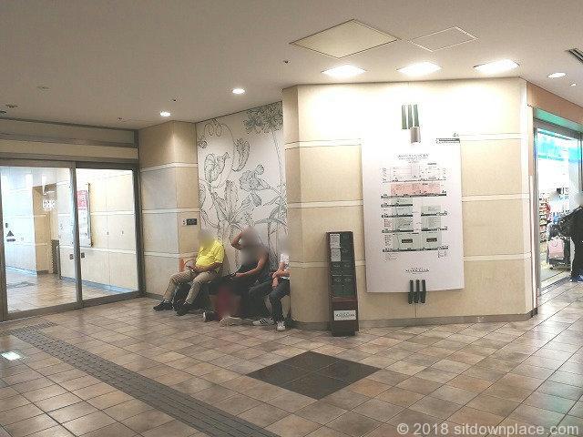 マークシティ4F ショッピングフロアファミリーマート横の座れる休憩場所