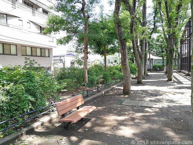 文京宮下公園の座れる休憩場所