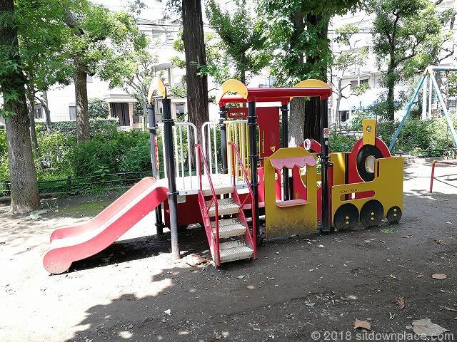 文京宮下公園のカラフルなベンチ