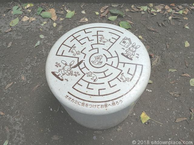 江戸橋公園の遊べるベンチ(迷路編)