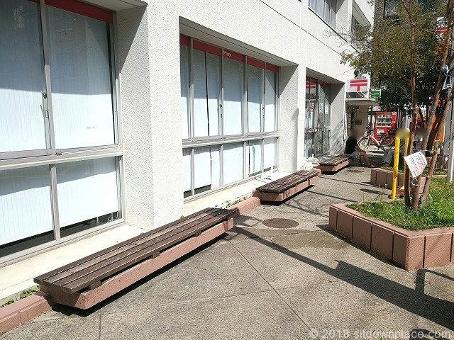 巣鴨郵便局前の木製ベンチ