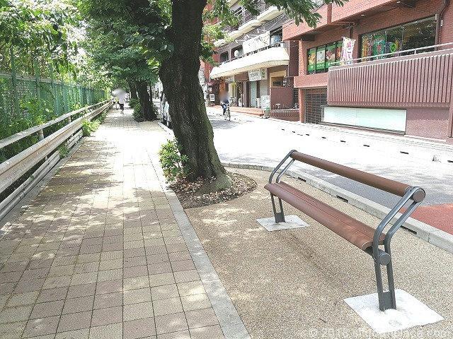 すがも桜並木通りの座れる休憩場所タイプ1