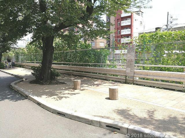すがも桜並木通りの座れる休憩場所タイプ2
