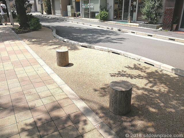 すがも桜並木通りの1人掛けベンチ