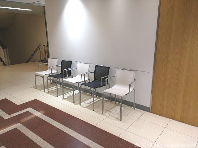 ルミネ立川3F東側エレベーター前の座れる休憩場所